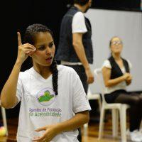 Rio de Janeiro - Tradução em Libras de encenação com temática inclusiva no lançamento de mais uma turma do projeto Agentes de Promoção da Acessibilidade, da ONG Escola de Gente, na Biblioteca Parque da Rocinha (Fernando Frazão/Agência Brasil)